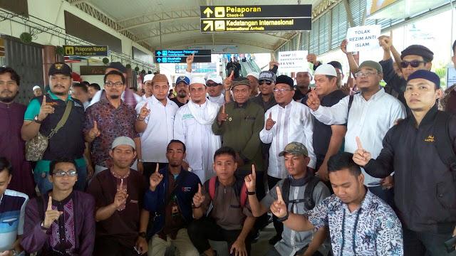 Ratusan Jamaah dan Laskar FPI Riau Antar Ustadz Zulkifli Ali ke Bandara