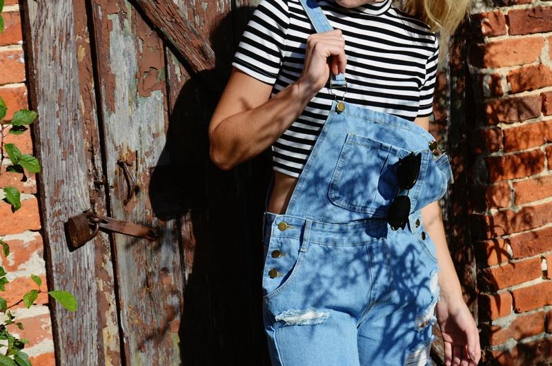 Jeansowe ogrodniczki - dziewczęcy grunge