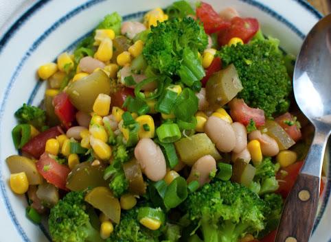 Sałatka brokułowa z fasolą i kukurydzą