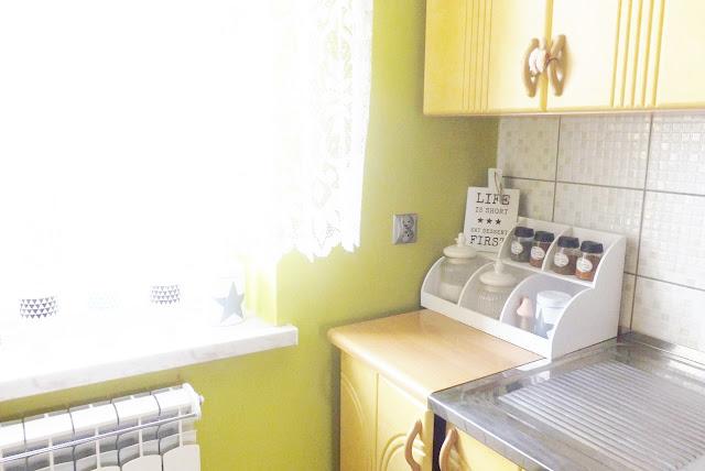 biała półka kuchenna
