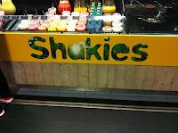 Als je de trein uitstapt, zeker op de wat grotere stations word je ook overvallen door de overvloed aan kcal, nee je kunt dat zelden voeding noemen. Eerder hadden we nog Shakies, maar leverde onvoldoende geld op.
