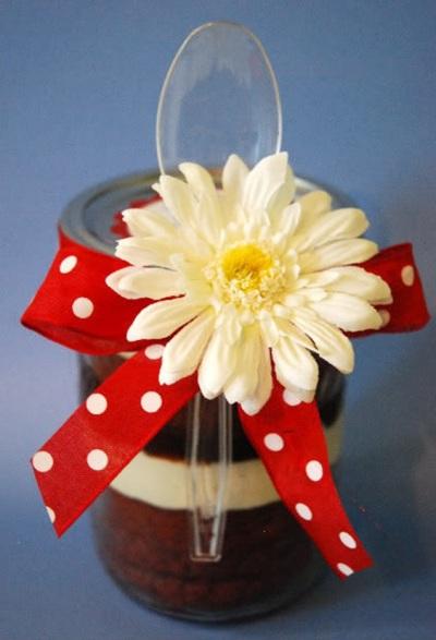 Cake red velvet ini dipanggang langsung dalam toplesnya, dan juga bisa langsung disajikan dalam toplesnya (setelah didinginkan tentunya). Lalu hias dengan pita dan bunga untuk dijadikan hadiah.