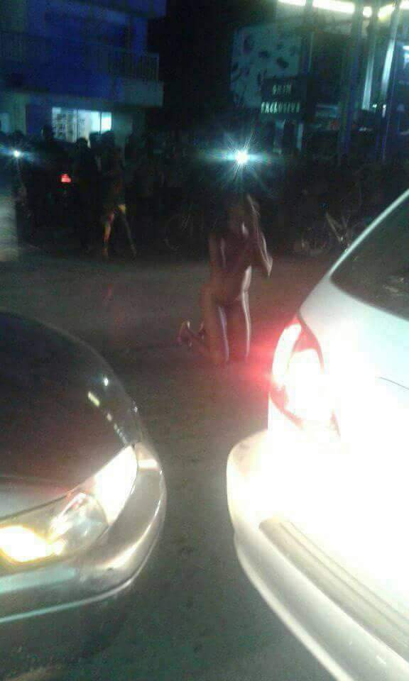 Naked young girl with car — photo 9