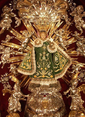 En la imagen el Niño Jesus de Praga sostiene en la mano ozquierda el globo terrestre y con la derecha bendice.
