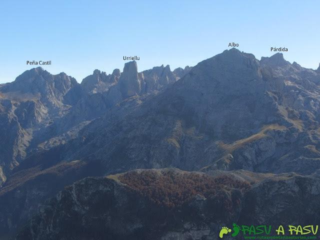 Vista de Peña Castil, Picu Urriellu y Párdida desde el Cuetón