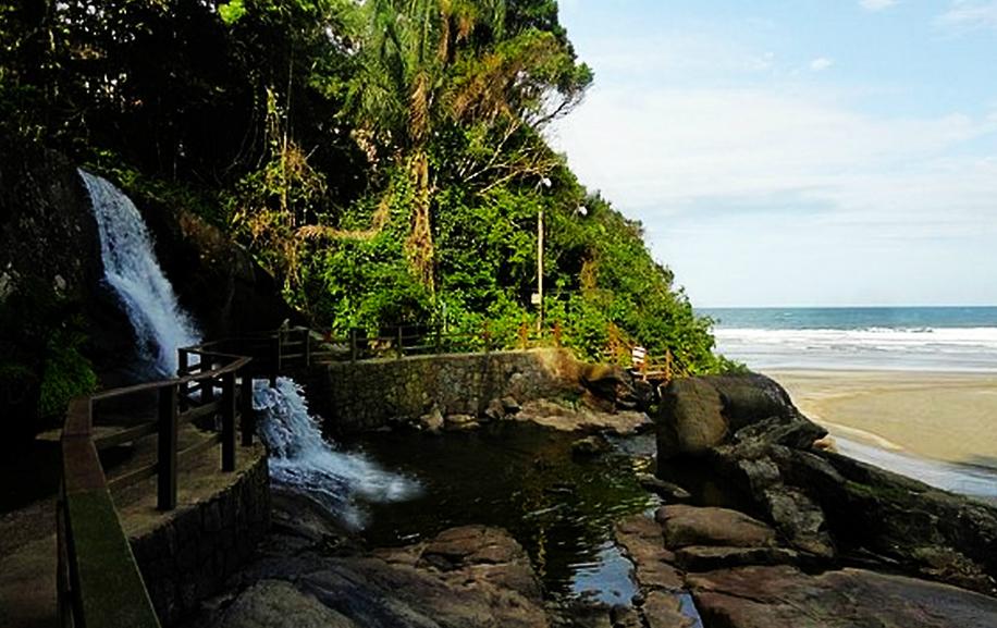 Praia de Iporanga tem mar e chahoeira