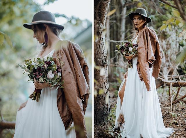 Panna Młoda w boho stylizacji: suknia ślubna Wedding Room Gdynia, skórzana brązowa kurtka, zielony kapelusz, warkocz i bukiet zielono-burgundowy.
