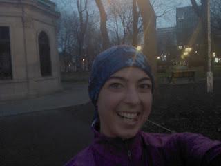 Coureuse souriante au parc Saint-Louis Montréal