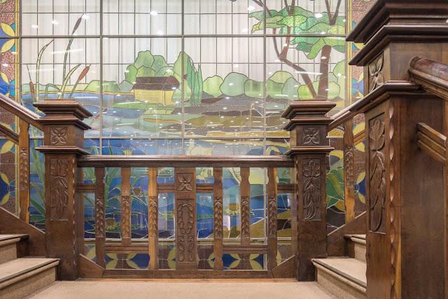 Escadaria e vitral no interior do antigo Louvre