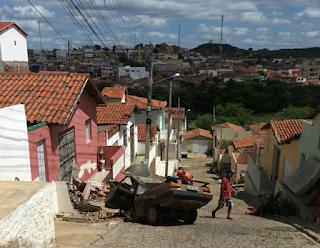 Carro carregado de telhas falta freio e atinge muro de residência em Picuí