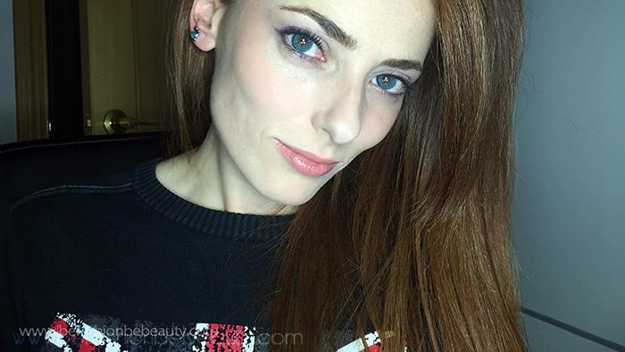 Maquillaje sencillo en tonos morados.