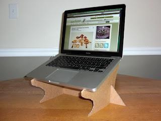 Stand hecho con cartón reciclado para poner computadora.