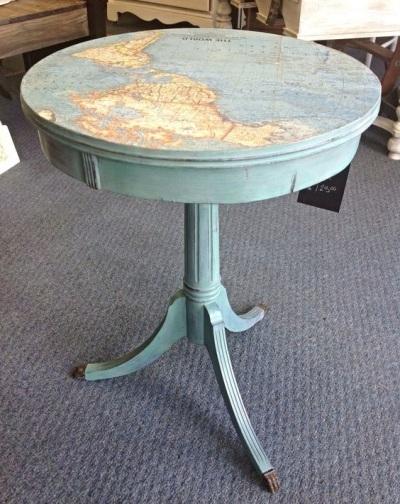 Lapisi meja dengan peta. Meja lama dan usang pun bisa jadi tampak baru kembali.