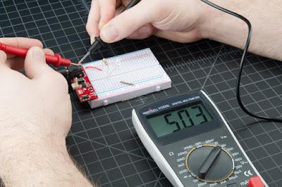 Gambar-Mengukur-Tegangan-Lampu-LED-Menggunakan-Multimeter