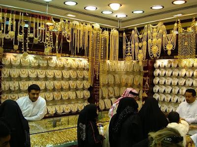 تراجع جنوني واقبال شديد على شراء الذهب بالكويت