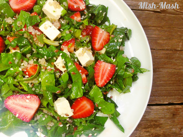 Спаначена салата с киноа, ягоди и сирене