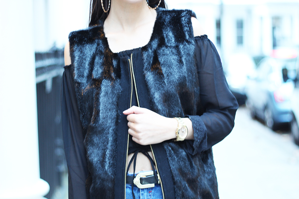 peexo fashion blogger wearing faux fur gilet and ripped mom jeans