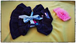 gambar gaun jaket denim biru dan ikat kepala pink untuk bayi berusia kurang setahun.