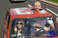 Großer Mann in kleinem Auto