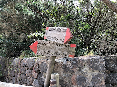 Signage on the trail to the top of Montagna Grande.