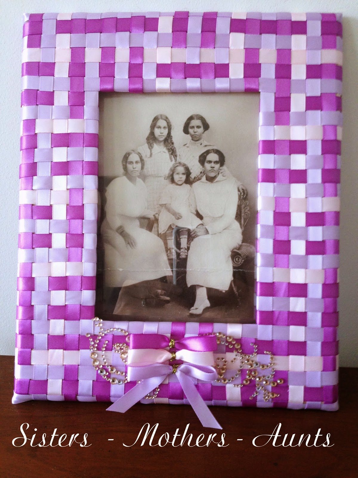 a tutorial for making a woven ribbon frame and bows