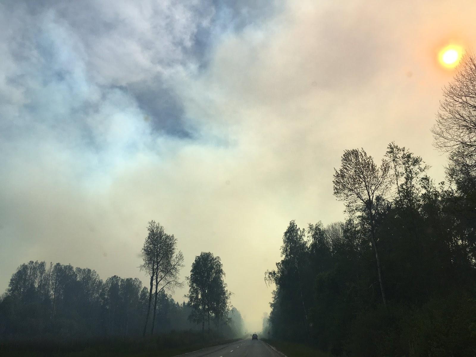 Dūmi no ugunsgrēka apgrūtina redzamību uz ceļa