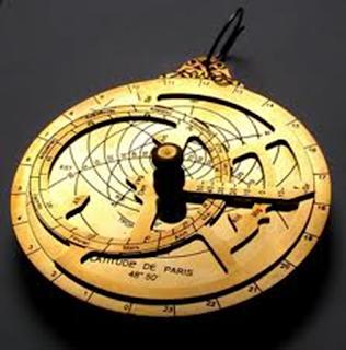 Sejarah Jam Tangan  Jam otomatis pertama kali diciptaan Abraham Perrelet pada tahun 1780. Jam kantong pertama kali ini diciptakan oleh Peter Henlein di Jerman tepatnya pada tahun 1524 . Karena masih ada beberapa kekurangan dari jam kantong pertama ini, baik dari sisi berat dan  pengoperasiannya yang cukup rumit membuatnya menjadi tidaklah praktis digunakan sebagai jam kantong.  Mesin yang digunakan masih terbuat dari bahan besi biasa, yang dikemudian hari mengalami kemajuan menggunakan bahan yang terbuat dari kuningan.  Bentuk jam menjadi populer pada sekitar tahun 1600-an dengan adanya bentuk-bentuk binatang atau objek  lain, tetapi tema keagamaan menjadi hal yang lebih populer pada saat