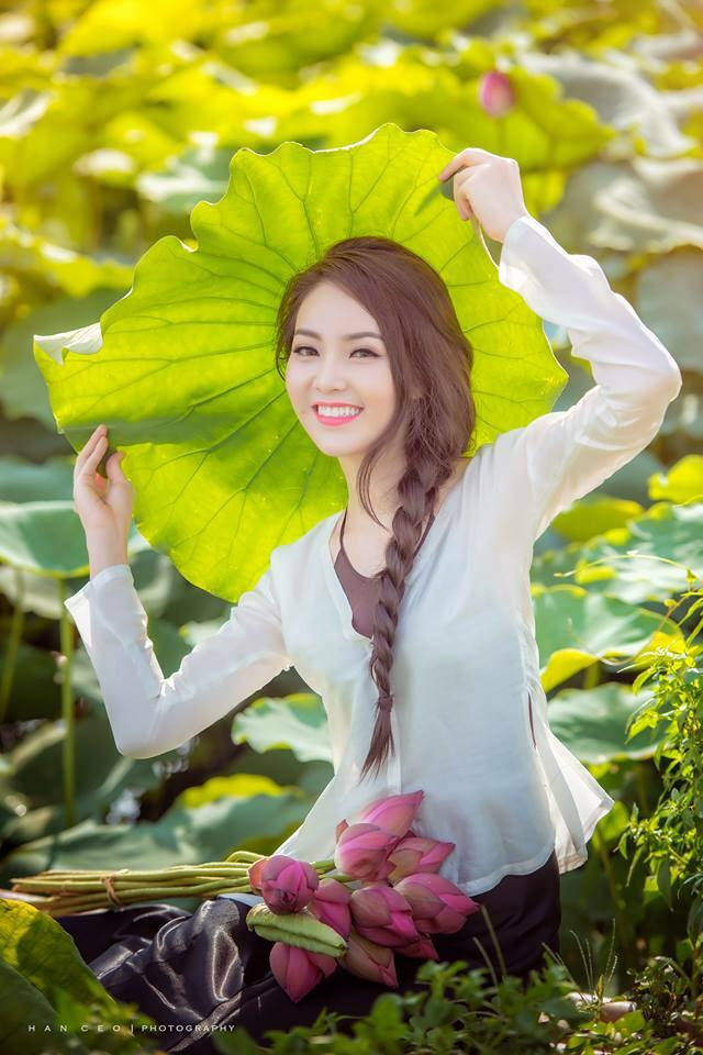 Người đẹp lung linh bên mùa hoa sen