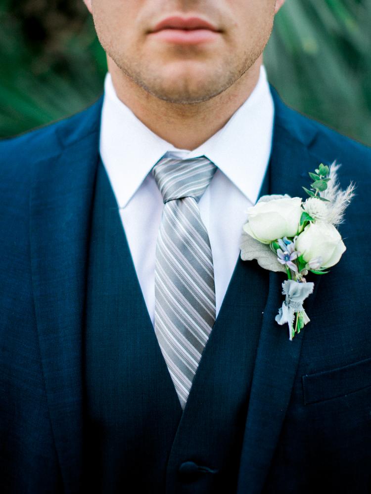 Butonierka do ślubu, Pan Młody, Dekoracja ślubne, Inspiracje ślubne, Pomysły ślubne, Motyw przewodni ślubu i wesela, Trendy ślubne, Kwiaty do ślubu, Kwiaty na stołach weselnych, Materiały graficzne, Kolor przewodni, Bukiet ślubny,