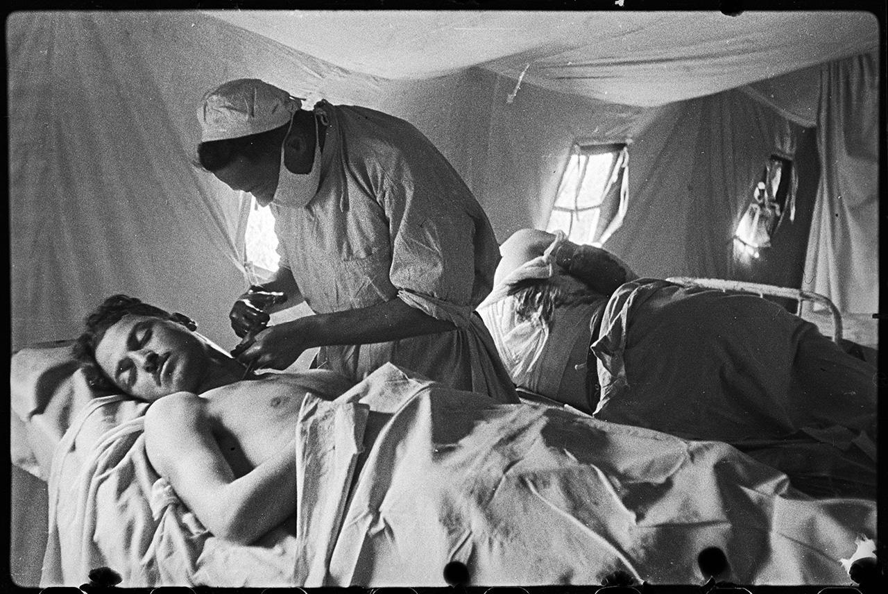Старший лейтенант медицинской службы Абрам Шейфер оперирует раненого полкового врача Г. А. Пхакадзе в расположении 73-й мотострелковой бригады 77-й стрелковой дивизии, 22 апреля 1944 года