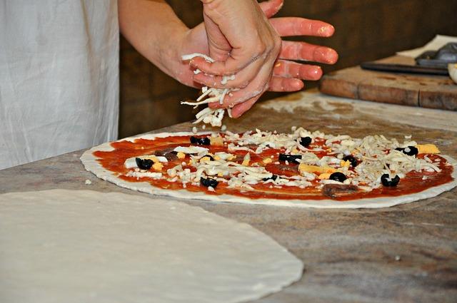Distribuye  sobre el queso el jamon troceado, las alcachofas, las aceitunas y los champiñones.
