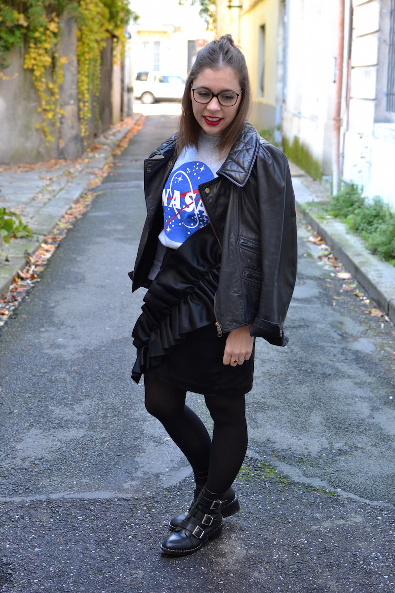 pull NASA smmydress,jupe noire à froufrous & other stories, bottines Pimkie, perfecto Isabel Marant, collant noir