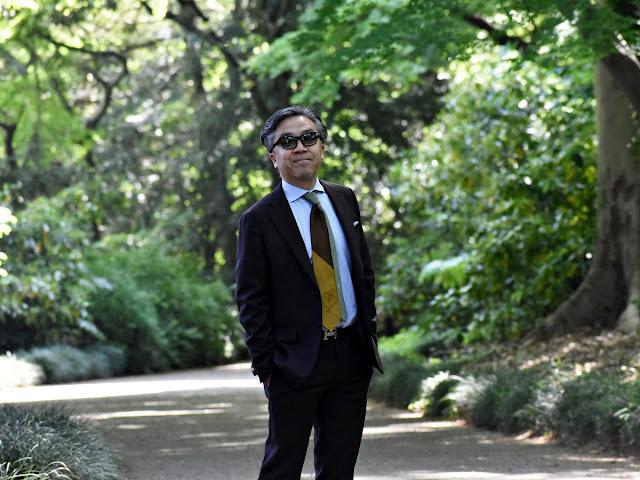 茶色のスーツのコーディネート