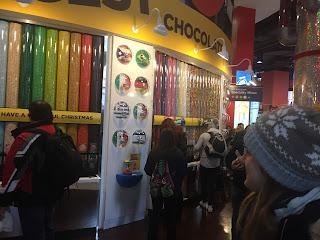 Mirando los miles de caramelos de colores en la tienda M&Ms de Times Square