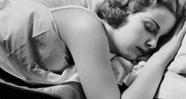 بسبب الإعياء والإرهاق أحيانا نستسلم للنوم بشكل مفاجئ وقهري، دون أن ننزع أشياء لا يجب النوم بها، قد تتسبب لنا بمشاكل ومخاطر صحية لا نعلمها، فما هي؟