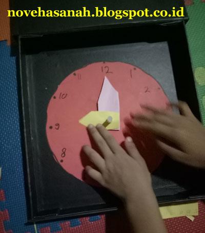 memasang jarum-jarum jam pada porosnya, dan jam siap dipakai untuk belajar
