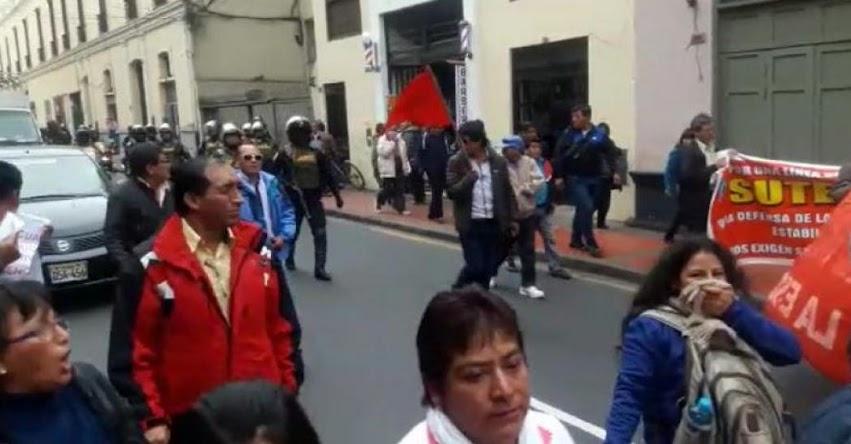 Maestros en huelga indefinida se enfrentan a la policía en centro de Lima