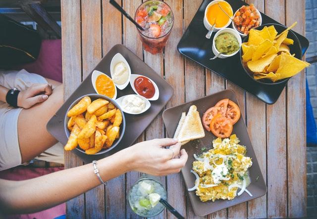 Vista desde arriba de mesa con comida