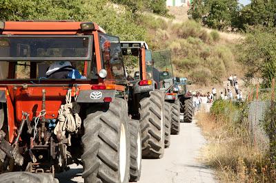 Risultati immagini per una infilata di trattori con bandiere italiane