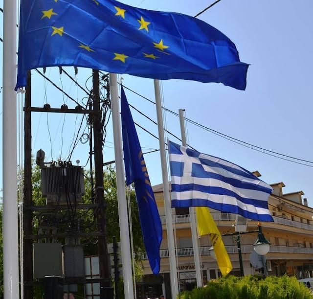 Μεσίστιες οι σημαίες στο μνημείο Ποντιακού Ελληνισμού της Αριδαίας ως ένδειξη πένθους για τον Κωνσταντίνο Κατσίφα