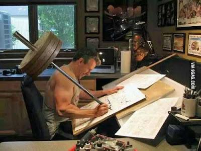 Starker Mann beim Heimtraining schreiben