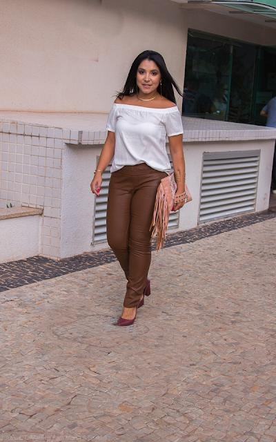 Calça de couro marrom e blusinha ombro a ombro