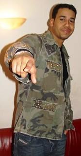 Foto de Anthony Romeo Santos indicando con el dedo