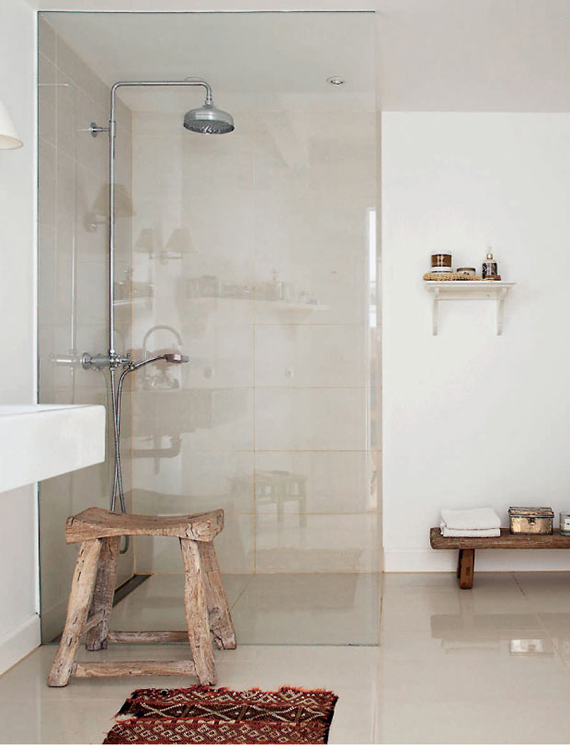 Wooden bathroom stool | Image via Femina