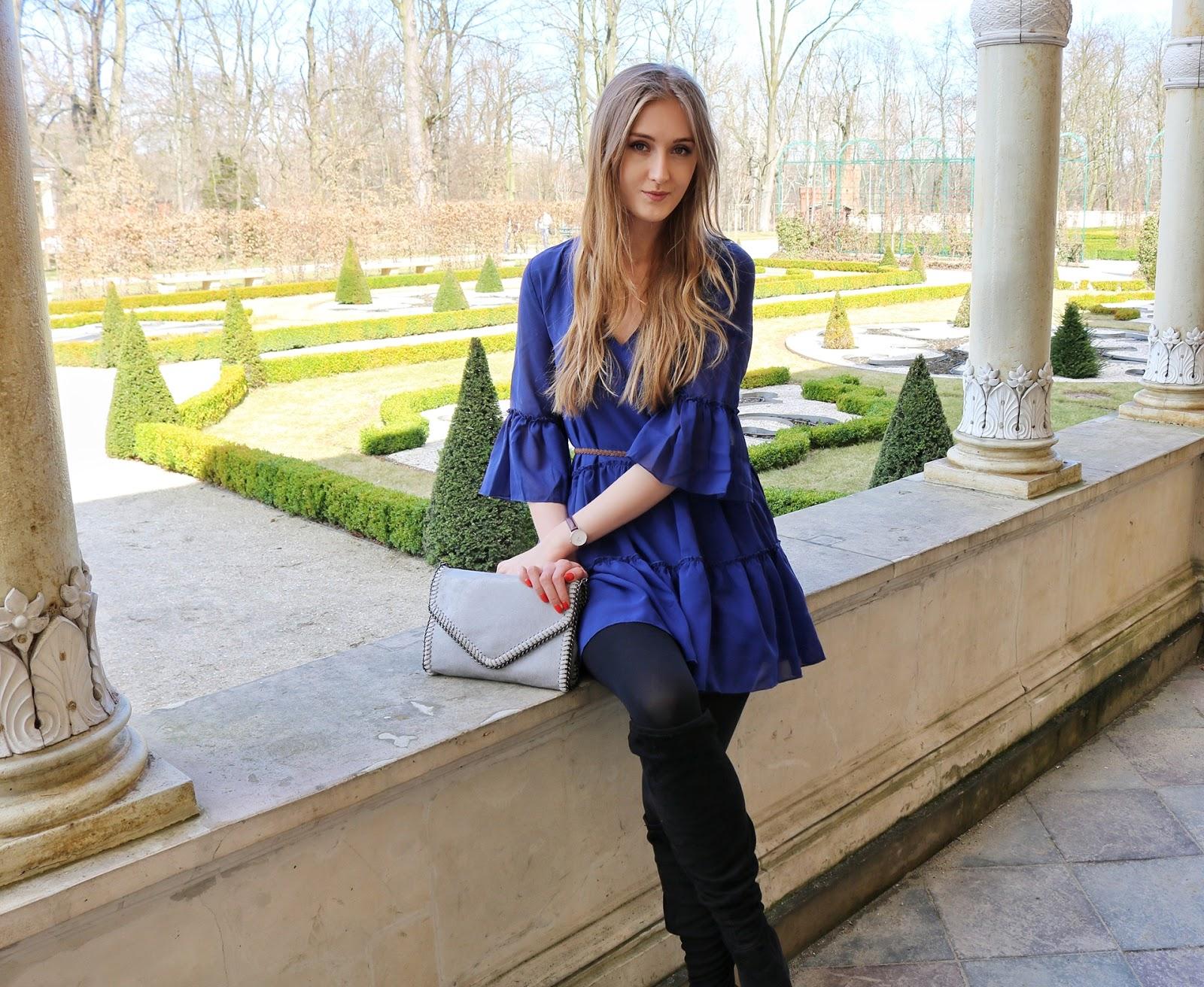 Niebieska sukienka z falbankami