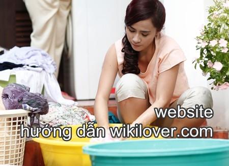 Khi giặt quần áo mới mua, nên dùng nhiều chậu, ngâm giấm trước
