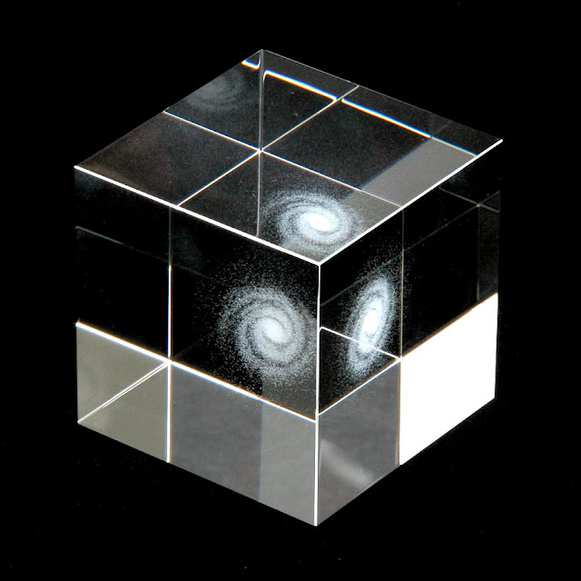 銀河系を閉じ込めた?美しい宇宙のガラスキューブ【a】