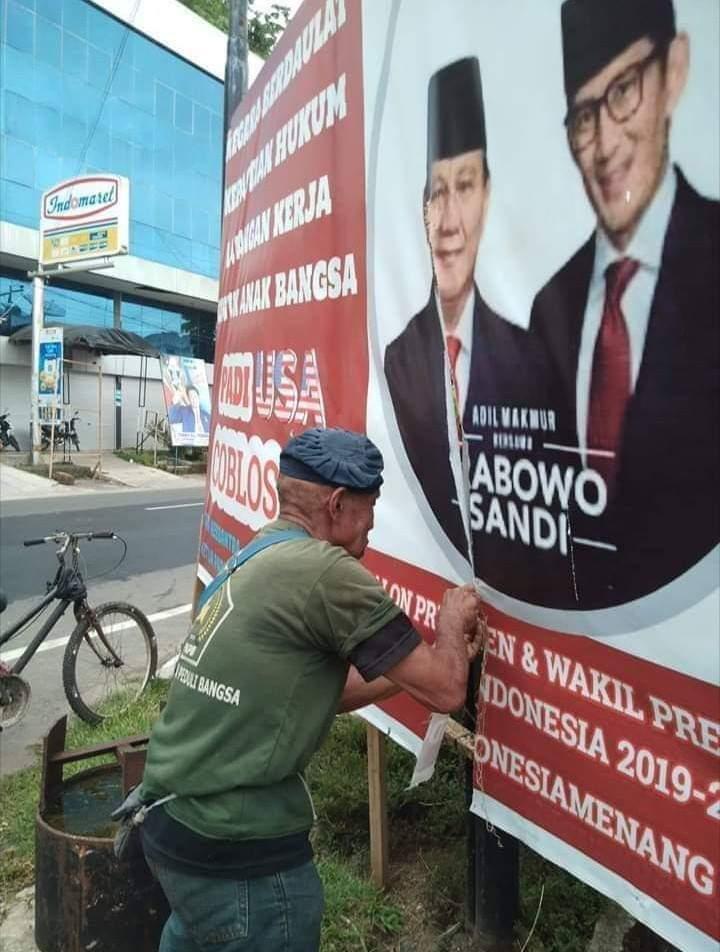 Spanduk Prabowo-Sandi Dirobek, Tindakan Orang Tua Ini Bikin Kagum