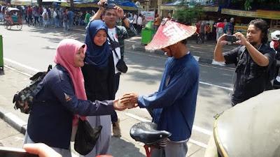 Subhanalloh, Pelajar Yogyakarta Merayakan Kelulusan dengan Membagikan Nasi dan Susu Kedelai