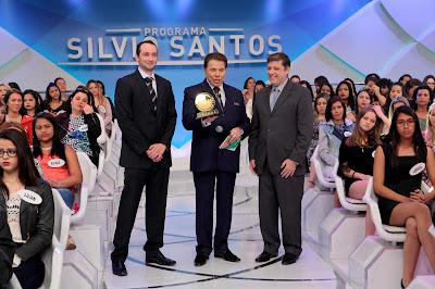 Silvio Santos recebe prêmio. Crédito da foto: Lourival Ribeiro/SBT